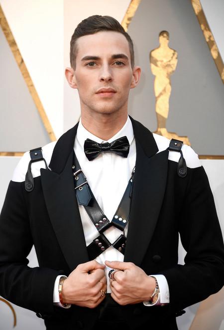 El patinador Adam Rippon inaugura la red carpet de los premios Oscar con un toque bondage
