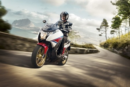 Honda Integra 750, la moto-scooter se renueva con fuerza