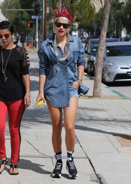 Rita Ora vaquero look calle