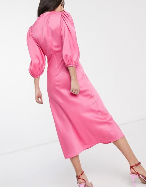 Vestido de tarde midi de satén con cuello desbocado y manga abullonada en rosa.