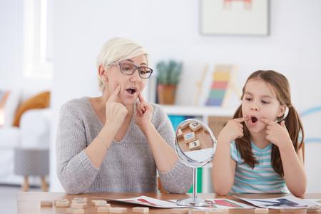 Si tu hijo se chupa el dedo durante mucho tiempo podría necesitar un logopeda: te contamos por qué