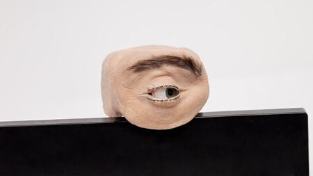 Esta webcam tiene forma de ojo humano, mueve el globo ocular para mirar alrededor y hasta parpadea