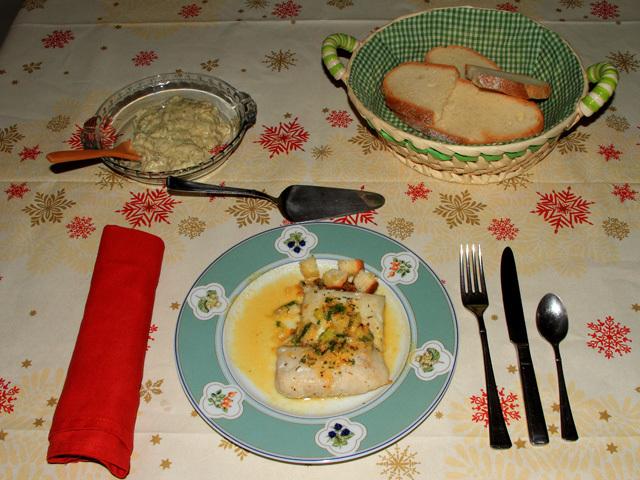 Lomos de merluza acompañados de crema de almejas con nata de cocinar sin lactosa