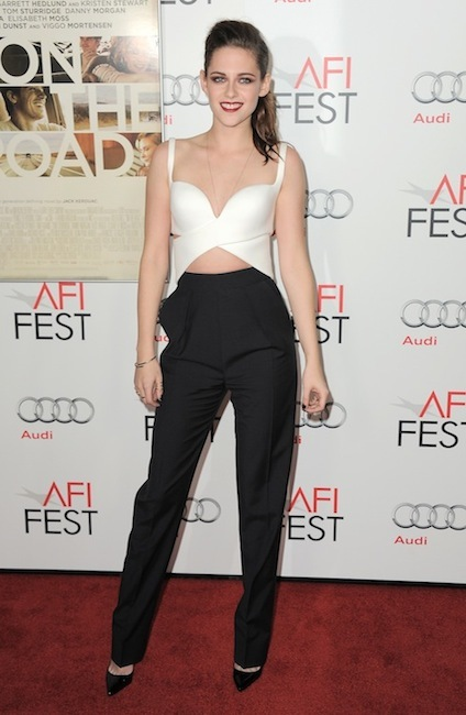 Kristen Stewart sonríe, nos viste bien... ¡Ay dios mío, qué nos la han cambiado por otra mejor!