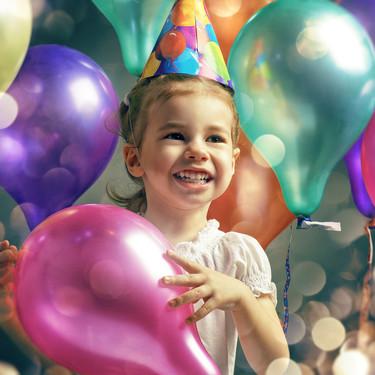 Por qué no es una buena idea abrir los regalos de cumpleaños durante las fiestas infantiles, según una madre
