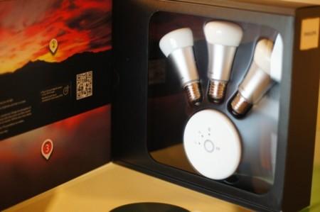 contenido de la caja, donde podemos ver las tres lámparas y el controlador