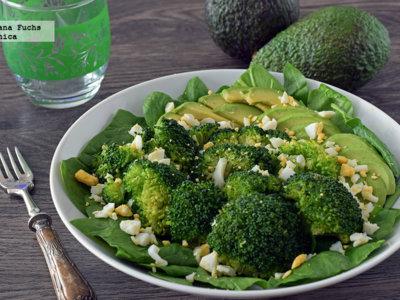 Ensalada de brócoli y aguacate con huevo. Receta saludable