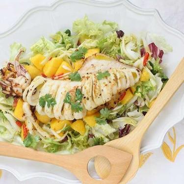 Ensalada de mango y calamar a la plancha, receta ligera para compensar excesos de una manera deliciosa