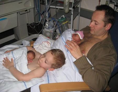 Método Canguro: padre y hermano también practican el piel con piel con los gemelos prematuros