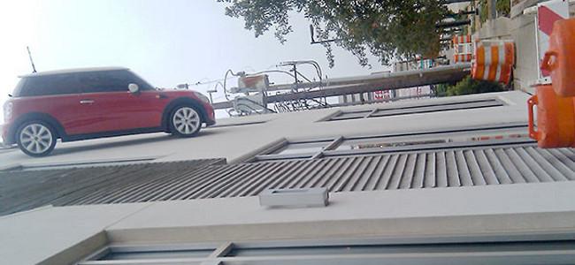 Mini Cooper en la fachada de un edificio