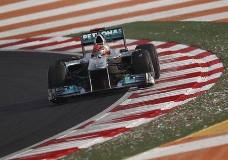 Michael Schumacher es el piloto que más adelanta en la primera vuelta