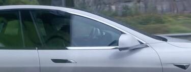 Una persona en estado de ebriedad se subió a su Tesla y se quedó dormido: el Autopilot lo detectó y logró parar el auto