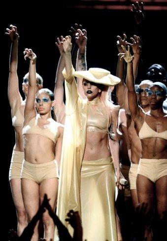 Lady Gaga pierde kilos a lingotazos de Whisky