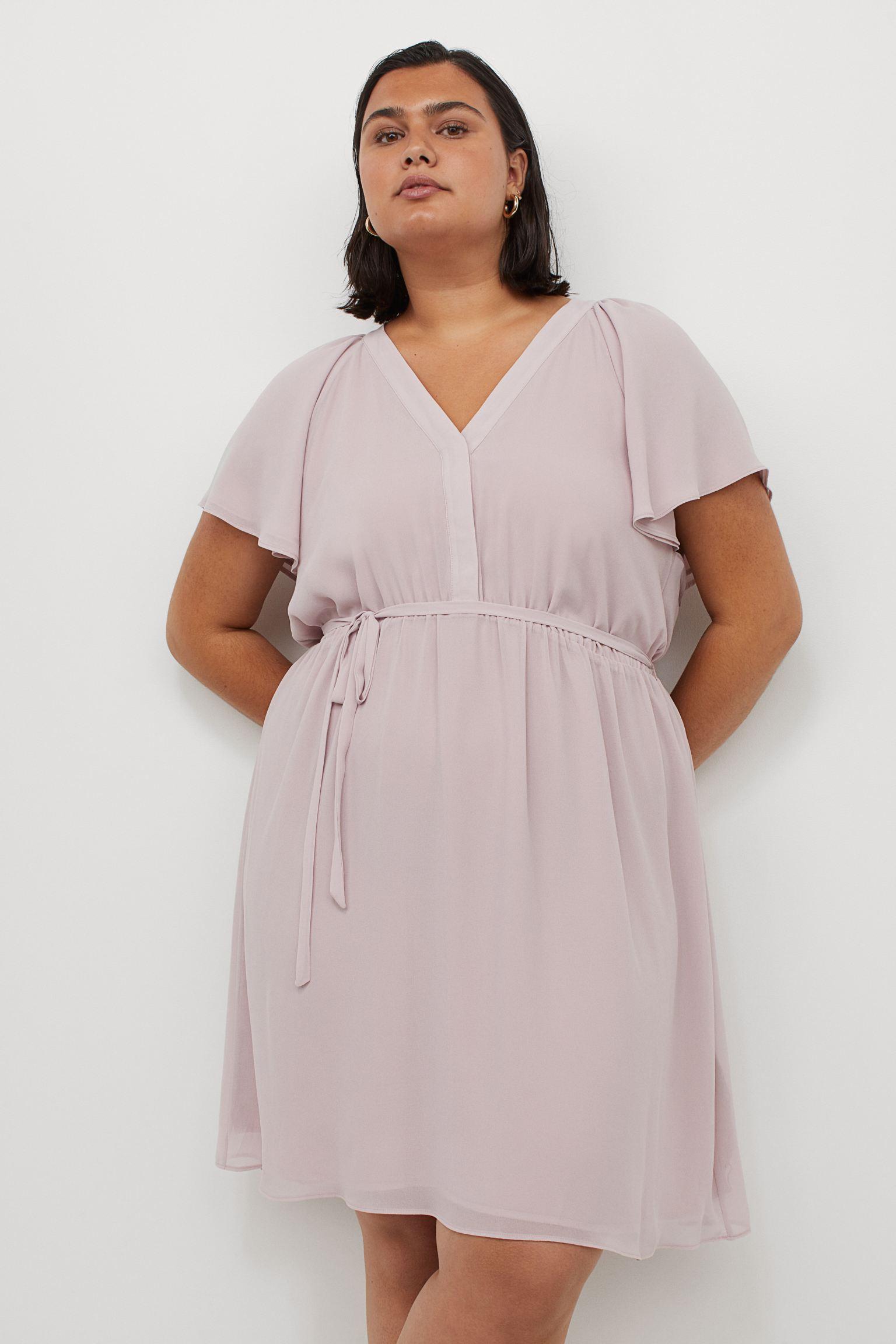 Vestido corto en tejido de crepé con escote de pico, manga circular doble que forma suaves pliegues en los hombros y costura elástica en la cintura con tiras de anudar finas en los laterales