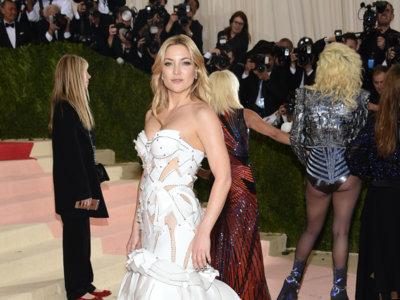 Kate Hudson nos muestra a la novia del futuro en un Atelier Versace para la gala del MET 2016