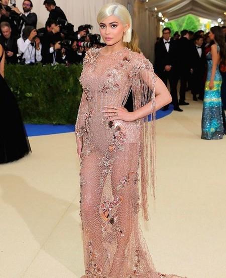 Kylie Jenner, la reina de las transparencias llega a la Gala MET 2017 con un sugerente vestido
