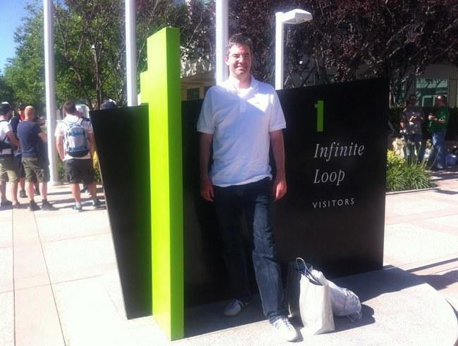 Fernando Rodriguez a la entrada de la sede de Apple