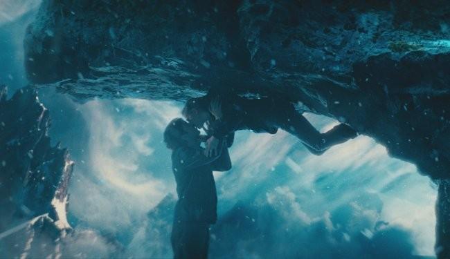 Jim Sturgess y Kirsten Dunst en una escena romántica del film