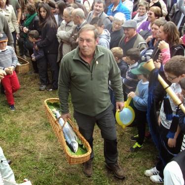 Así es la polémica tradición del 'campanu', el salmón que se ha llegado a vender por 18.000 euros