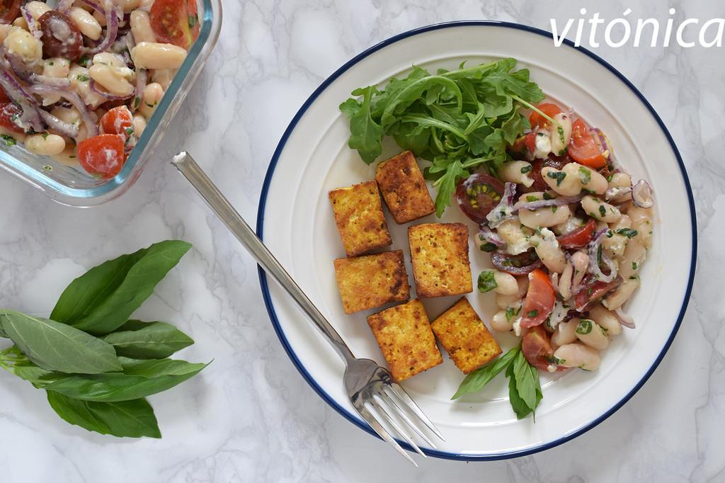 Ensalada de alubias blancas con tofu al curry: receta saludable