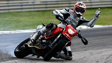 Si te caes de la moto, te cae una multa por ir distraído