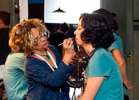 Sabemos cuál es el labial que usan 'Las chicas del cable', por si quieres imitar en verano los labios rojos de la serie de Netflix