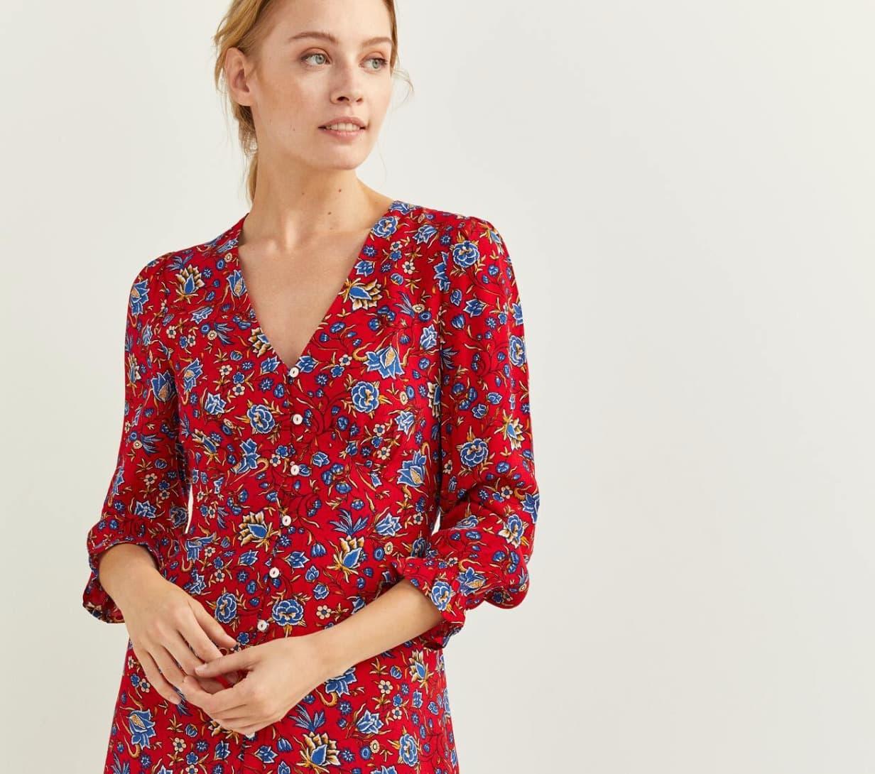 Vestido midi, de manga larga, con escote en uve, con detalle de botones en la parte delantera y estampado.