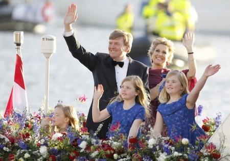 Las canales de Amsterdam reciben a los nuevos reyes de Holanda