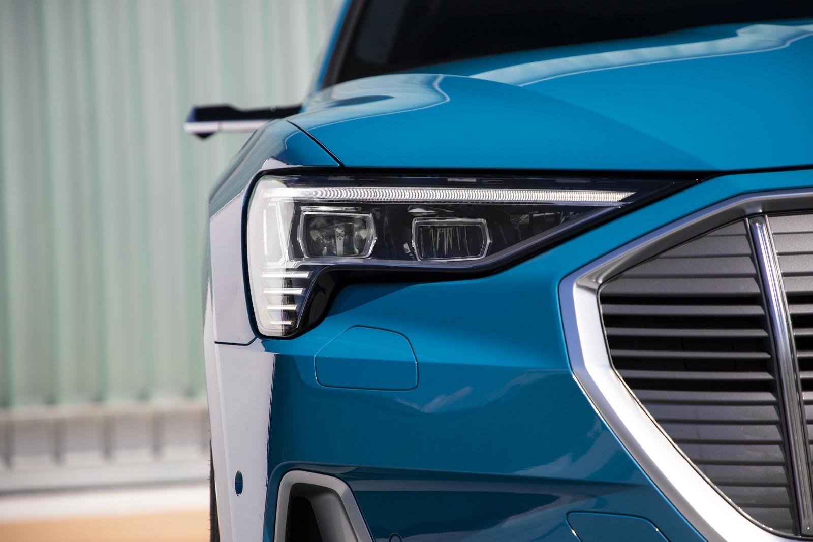 Foto de Audi e-tron (50/111)
