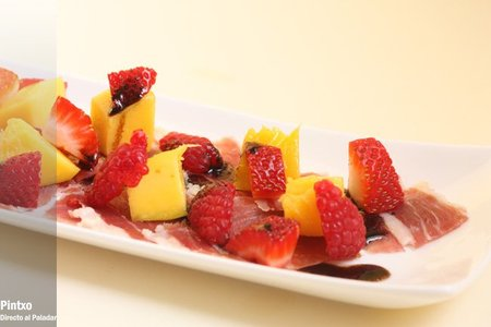 Ensalada de mango, jamón y frutos rojos. Receta