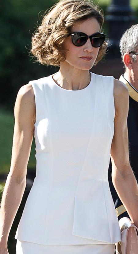 Blanca y radiante va la Reina... Doña Letizia y su look más minimalista