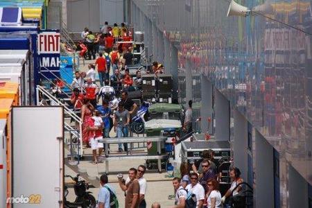MotoGP España 2010: las azafatas y otros detalles del paddock