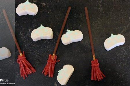 Cómo hacer escobas dulces de Halloween