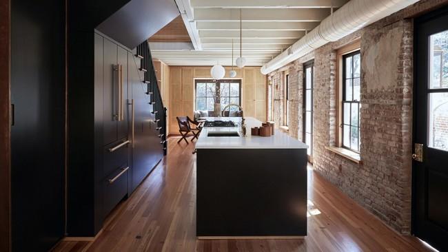 Paredes en bruto y muebles a medida para aprovechar todos los espacios en una encantadora casita en Carolina del Sur
