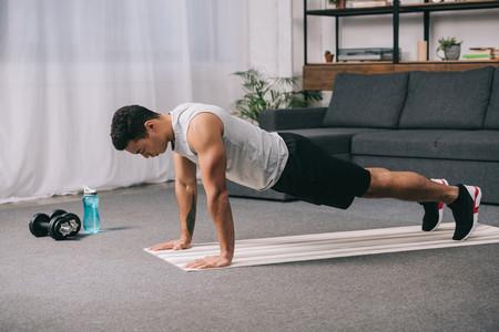 Los ejercicios que puedes hacer en casa para suplir aquellos que hacías en el gimnasio: tabla de equivalencias