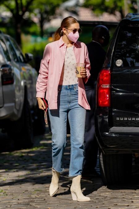Gigi Hadid Con Camisa Rosa