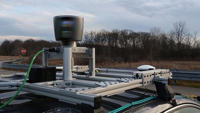 Dispositivo LIDAR, montado en la parte superior del vehiculo.