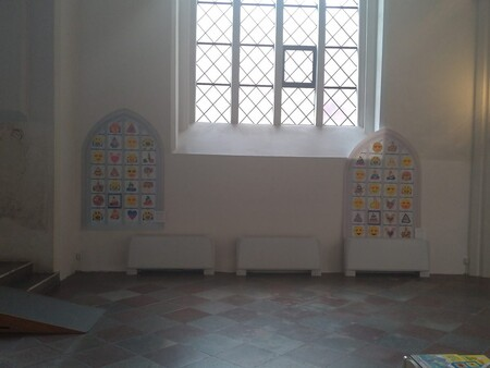 En las vidrieras de esta catedral hay emojis diseñados por niños locales
