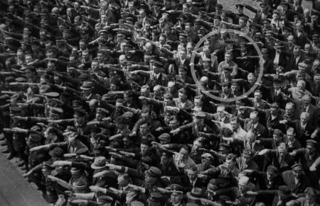 La historia del hombre que decidió no alzar el brazo durante un acto nazi en la Alemania de 1936