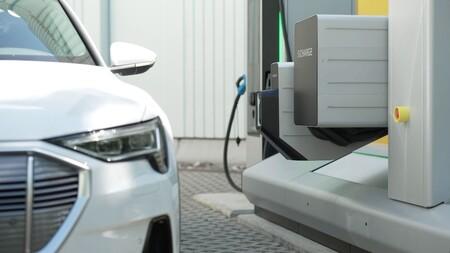 Siemens ha creado un cargador autónomo apto para cualquier coche eléctrico sin que tengamos que bajar del coche para conectarlo