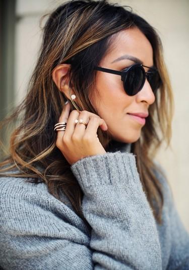 El street style se hace con el combo ganador. Jersey de punto y joyas minimalistas, el win-win definitivo