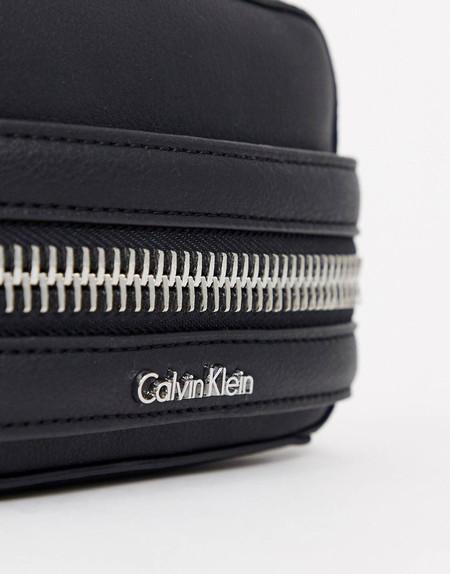 Este bolso Calvin Klein combina con todo y está rebajadísimo en ASOS: 86,99 euros y envío gratis