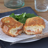 Bocadillo crujiente de mozzarella in carrozza con membrillo. Receta