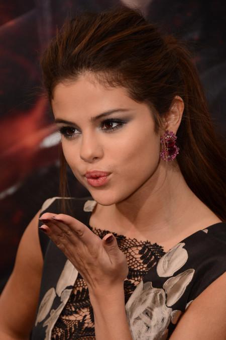 Las mil caras de fiesta de Selena Gomez, siempre atractiva