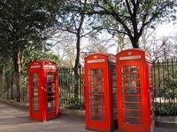 Las típicas cabinas de Londres podrían haber sido plateadas en lugar de rojas