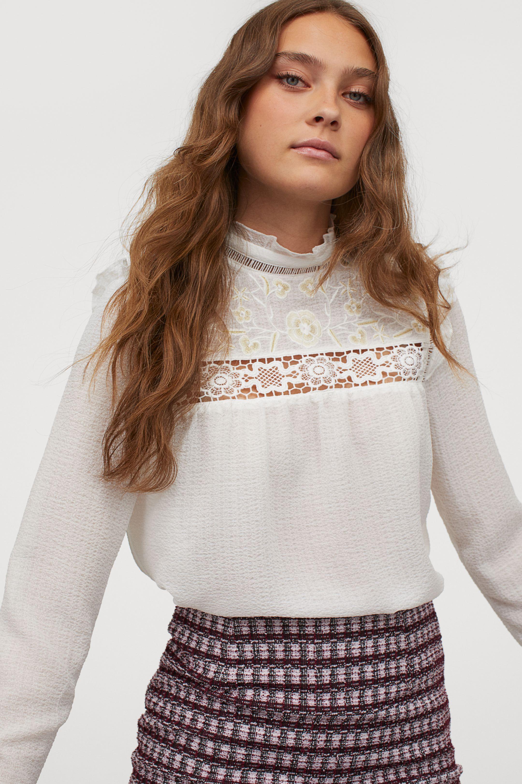 Blusa bordada con cuello alto