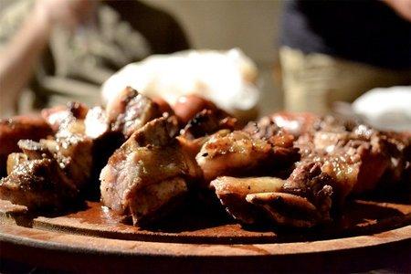 La carne no se sella para que queden los líquidos dentro