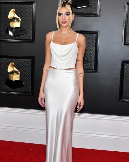 Dua Lipa enamora por su sencillez (noventera) y acude a los Premios Grammy 2020 acompañada de Anwar Hadid