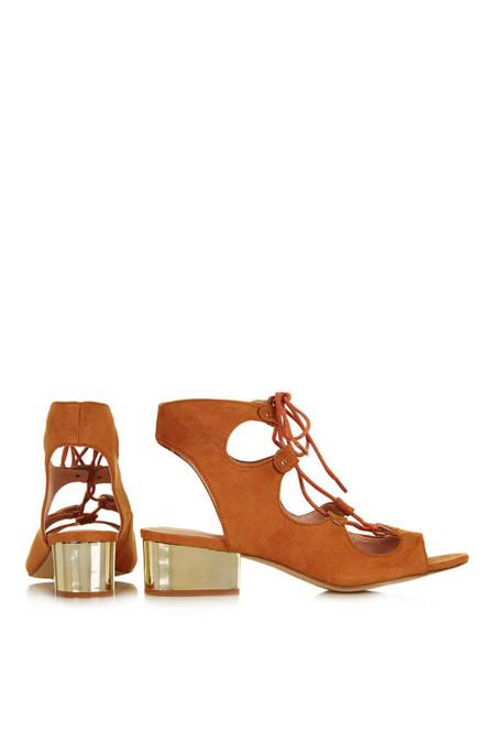 Zapatos con tiras cruzadas