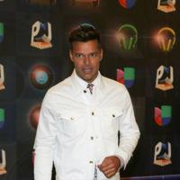 Ricky Martin se sube al barco de los looks en blanco en los Premios Juventud 2015: el perfecto ejemplo de cómo no hay que usar la tendencia